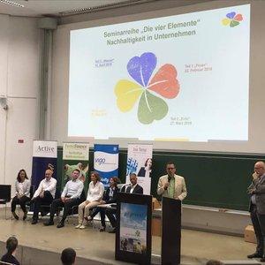 der Veranstalter, Volkmar H. Haegele, begrüßt die 340 Gäste der Podiumsveranstaltung am 23. Mai 2018 an der Uni Bremen